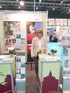 Birgit Adam vertritt am Messestand in Bremen Nordhausen